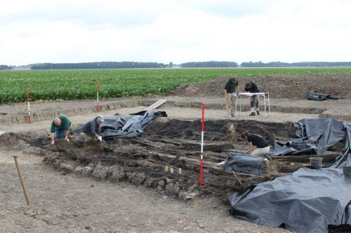 Maritieme archeologie op het droge: de opgraving van een schip in Flevoland.