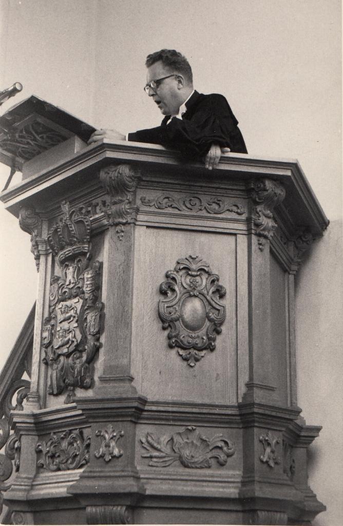 Frederik Eke van der Zee in actie op de kansel. Egmond aan Zee, begin jaren '60.
