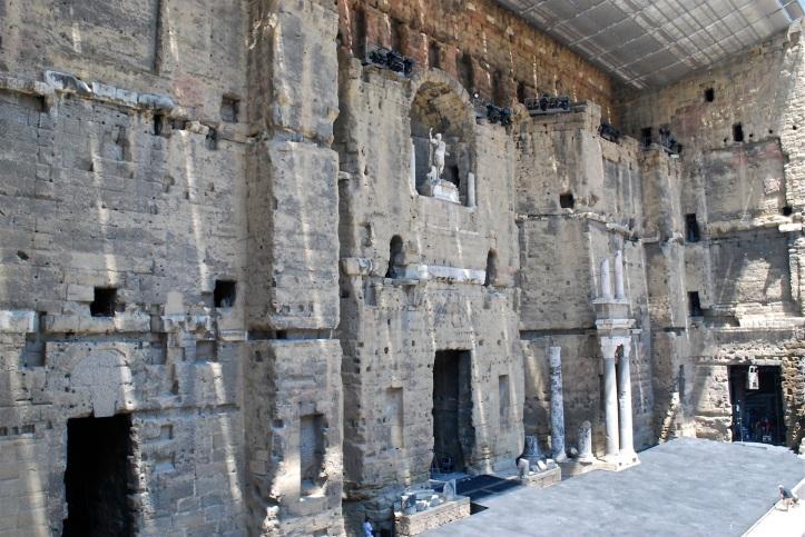 De grote muur van het Romeinse theater in Orange. De toneelvloer, de scaena, wordt in gereedheid gebracht voor het zomerfestival, de Chorégies.