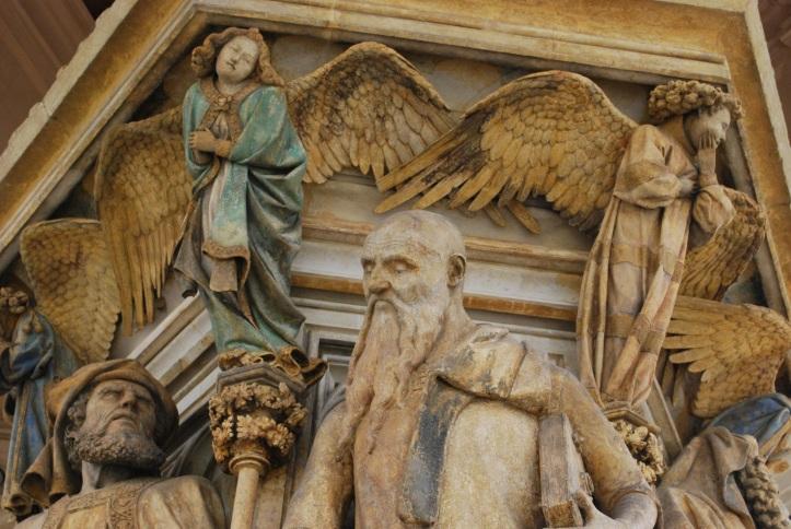 De Mozesput in Dijon. Rechts de profeet Jesaja, links het gezicht van Daniël.  Een engel kijkt toe.