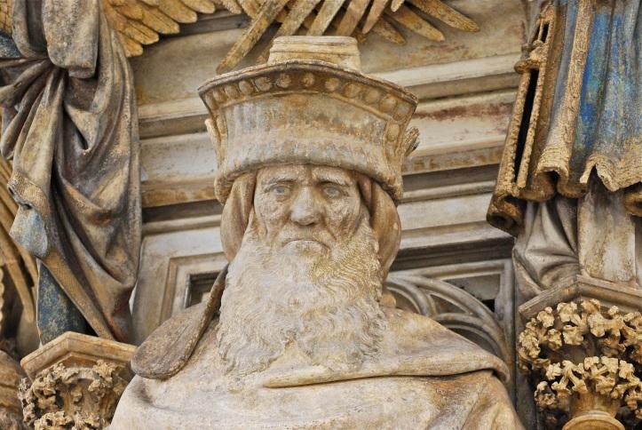 De profeet Zacharias kijkt je streng en indringend aan. Kleurresten zijn zichtbaar in zijn ogen.