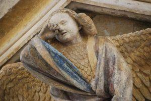 Een van de engelen op de Mozesput wrijft de tranen uit zijn ogen.