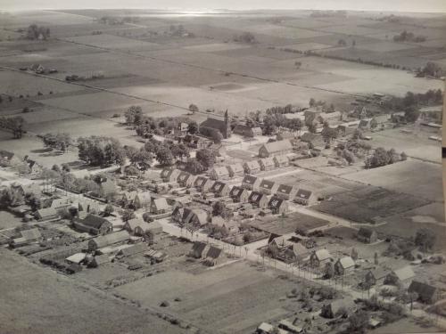 Luchtfoto van Elim uit ±1957. De wijken zijn gedempt, rijen nette huisjes zijn er gebouwd.  Foto Facebook Oud-Elim: