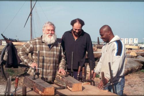 Willem Vos met twee nieuwe leerling-scheepstimmerlieden op de werf. Voorjaar 2000. (Foto auteur)