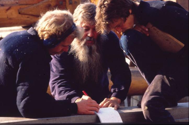Willem overlegt met twee van zijn medewerkers. Zomer 1990. (Foto Cathérine Noury)
